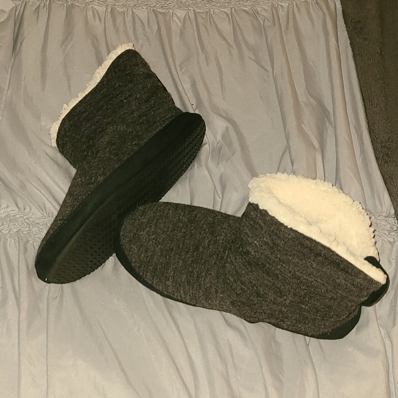 BRAND NEW Isotoner Slippers size L